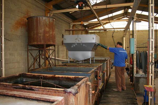 Foto de operário fabricando churrasqueira esmaltada