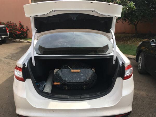 Foto de churrasqueira em porta mala do carro