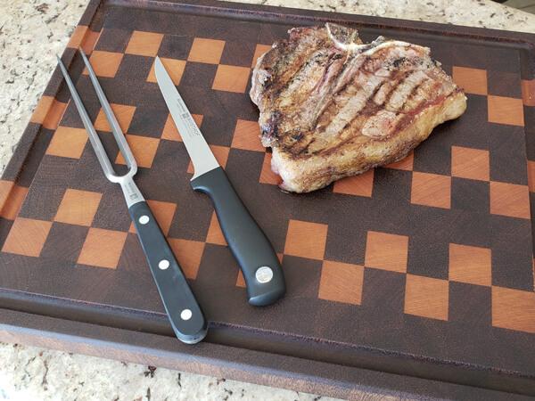 Exemplo de melhores facas especiais para churrasco e cortar carne - Faca Desossa e o T-Bone.