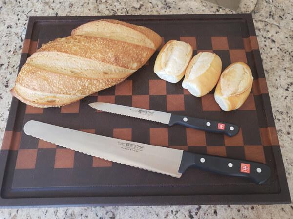 Ilustração de tamanhos de facas e serra para cortar pão no churrasco