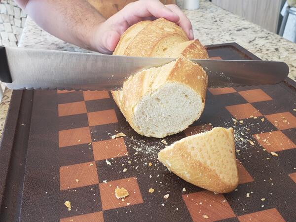 Faca Serra cortando o pão sem amassá-lo.