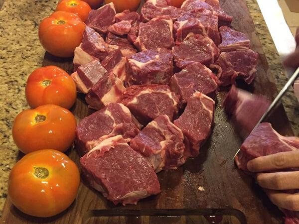 Imagem de cortes de carne para churrasco com a faca do Chef