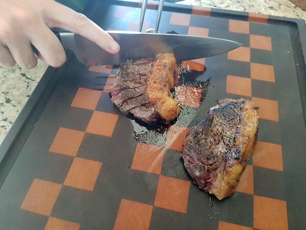 Carne assada sendo cortada com faca especial para churrasco