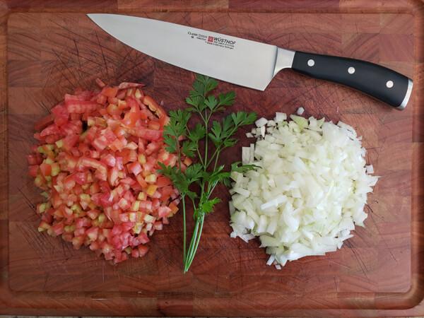 Faca usada para picar ingredientes do vinagrete